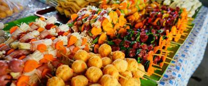 Comida camboyana en un puesto callejero.